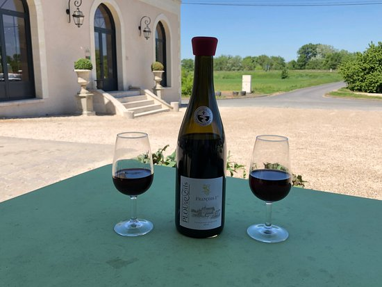Charge, فرنسا: Enjoying wine outside of the winery
