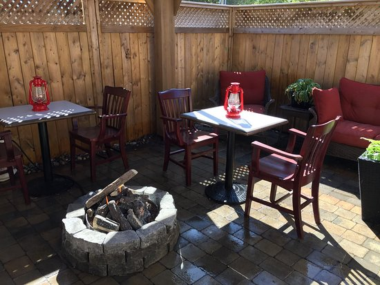 The 2 Grands Piano Bar and Steakhouse: Back patio