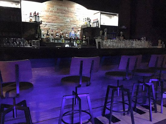 The 2 Grands Piano Bar and Steakhouse: The bar