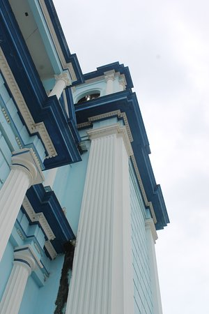 Celendin, Peru: Detalle de la fachada de la iglesia mayor.
