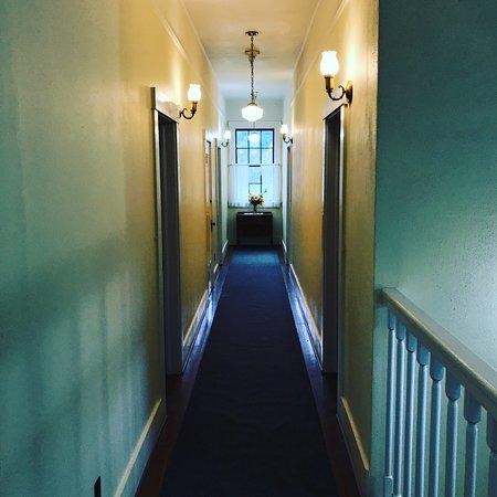 Wolf Creek, OR: 2nd floor hallway