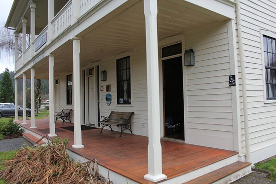 Wolf Creek, OR: Front Porch