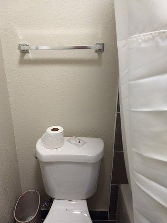Clarion Inn: Shower curtain encroaches toilet area