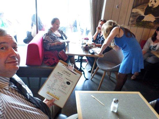 Courtepaille Lac de Viry-Chatillon: les clients de 3 tables discutent en attendant