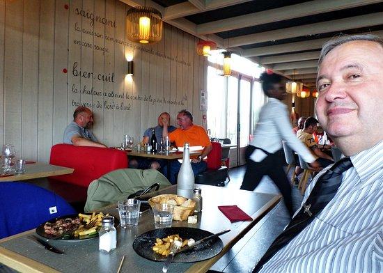 Courtepaille Lac de Viry-Chatillon: les clients suisses taquinent la serveuse africaine