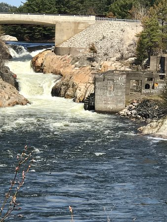 Whitefish Falls, Canada: Ruins of an old mill on the right at the bottom of the falls