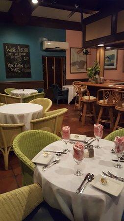 Wally's Restaurant: Inside dining area near the bar.