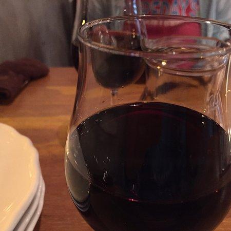 Port Town cafe: ワインをデカンタで、自家製ピクルス、野菜サラダ、ゴルゴンゾーラ、パティ、白イカのカルパッチョ、牡蠣とキノコのアヒージョ、白イカの下足のフライ、締めはアップルパイにバニラアイス添えて、コーヒーで