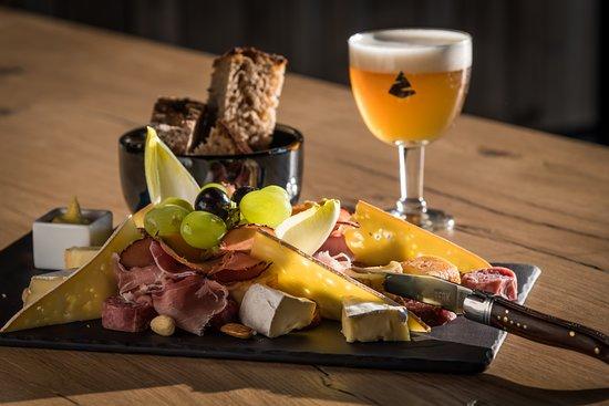 Sourbrodt, Belgium: La planche mixte reprenant formages et charcuteries de producteurs régionaux. 14€