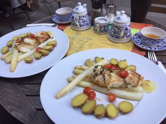 Teestuebchen im Schnoor: A perfect tasty main course for dinner in Schnoor, asperges, Codfish