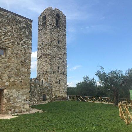 Province of Perugia, إيطاليا: Il castello e l'abbazia dell'isola