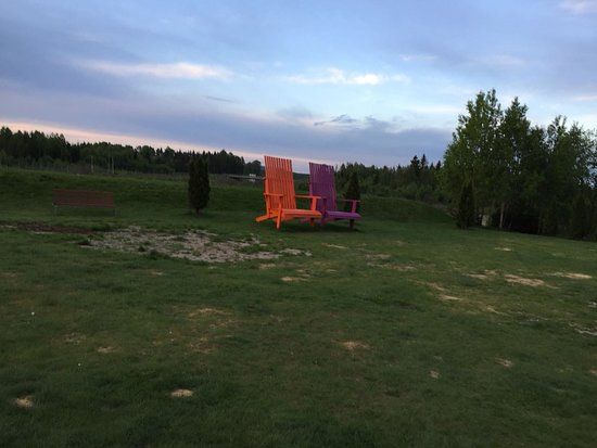 Gardermoen, Norway: Large chairs in lawns of hotel