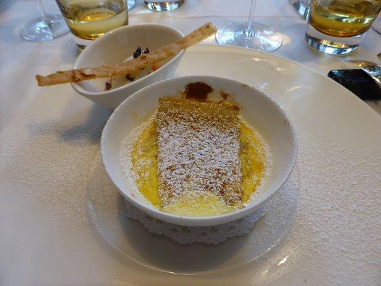 Anger, Austria: Dessert, 1. Gang - warme Topfenpalatschinke mit Rhabarber und Veilchenblüteneis