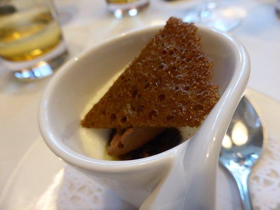 Anger, Austria: Dessert, 2. Gang - Zweierlei von der Valrhona-Schokolade (hier der Flan mit Tonkasorbet)