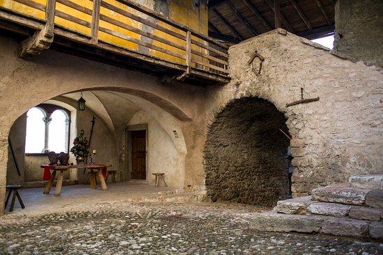 Nogaredo, Italie : Castel Noarna - Cortile interno e bifora