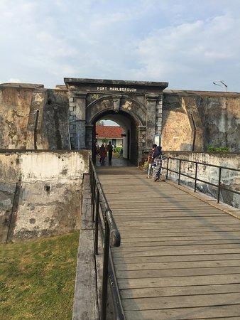 Fort Marlborough: menuju gerbang masuk