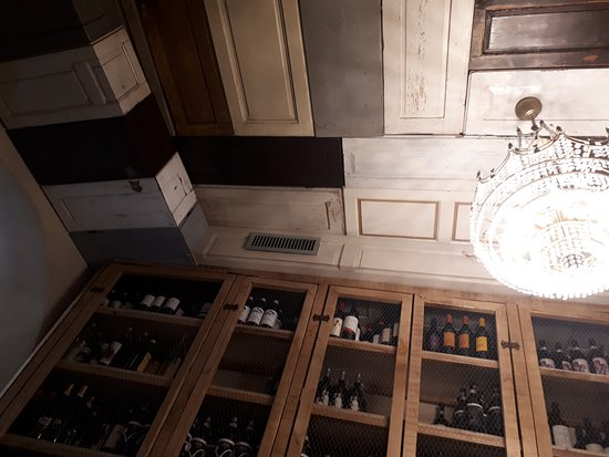 La Prosciutteria - Milano Navigli: Soffitto e bottiglie