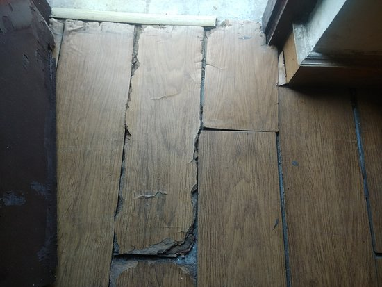Chaukori, Indien: The cracked floors of room 106.