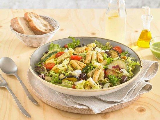 Nostrum Sébastopol: Salade tricolore au pesto : macaronis, feuilles de salades, courgettes, aubergines, olives, pest