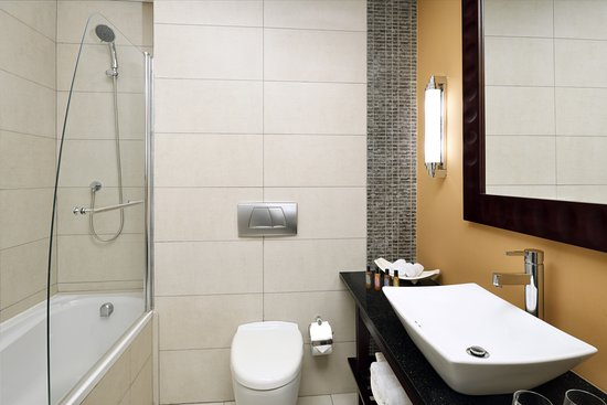 Accra Marriott Hotel: Deluxe Double Bathroom