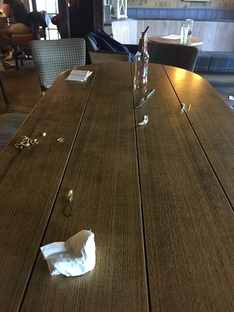 Chipperfield, UK: Dirty and uncleared tables left for 40 minutes up until the point we left