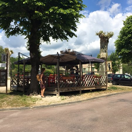 Villars, France: Wonderfully relaxed lunch in May 2018