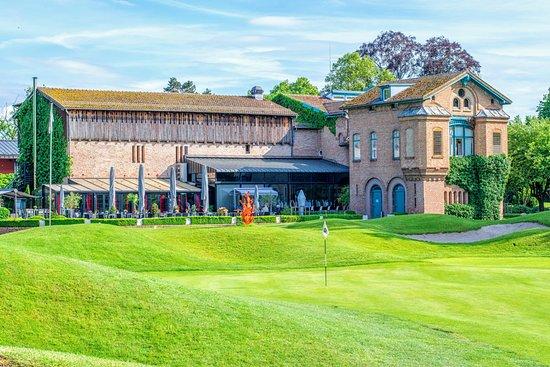 Le Kempferhof Golf et Château-Hôtel: La terrasse du restaurant derrière le trou n°18