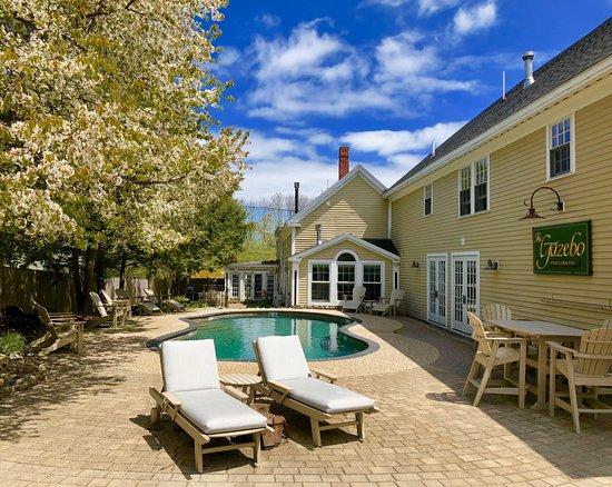 Gazebo Inn Ogunquit: The inn's lounge area & pool