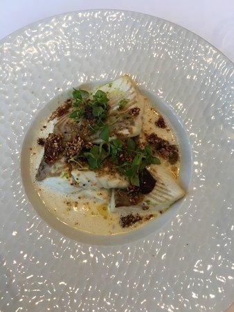 """Restaurant la Table d'Hotes: Turbot """"de nos côtes"""", choux-fleur, sésame, curry, ail noir d'Aomori."""