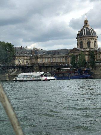 Seine River Hop-On Hop-Off Sightseeing Cruise in Paris: Atractivos del paseo en barco