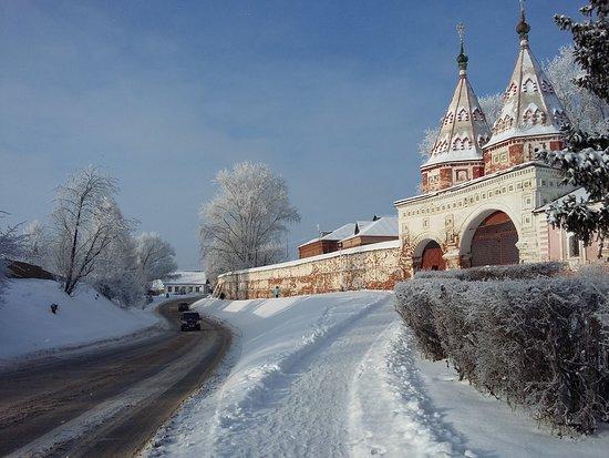 Suzdal, Ryssland: Ризоположенский монастырь - древнейший из сохранившихся в Суздале