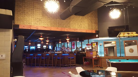Streator, IL: Bar and gaming area