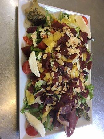 Les Arcades: salade du chef à la carte (composé de salade , tomate  , mozzarela, ananas tranché arctichaut