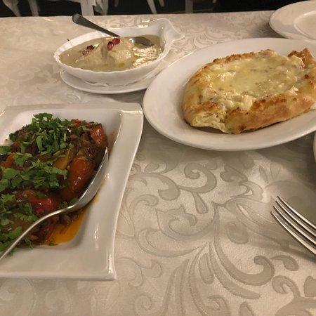 Cat Restaurant: Аджапсандали, шашлык из говядины и курицы, сациви из курицы, хачапури по-аджарски