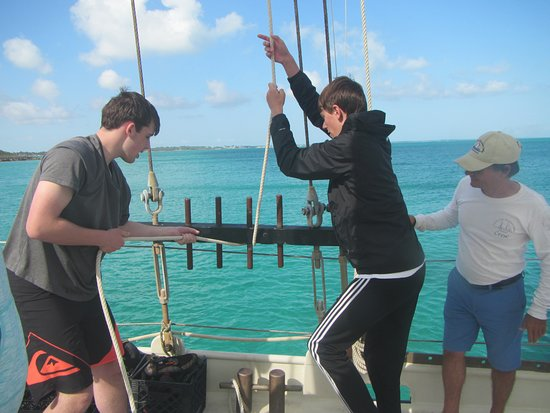 Marsh Harbour, Great Abaco Island: Hoisting the mainsail together