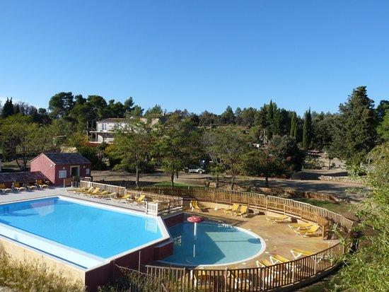 Azillanet, Frankrike: La piscine et sa pateugeoire séparée