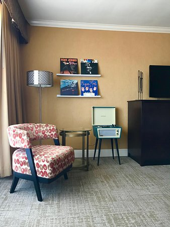 Millbrae, Californien: Deluxe Room Amenity - Vinyl record player