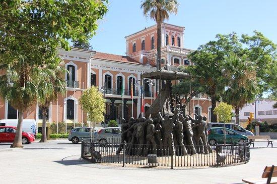 Casa Colon: Vista exterior con el monumento a la virgen del Rocío enfrente