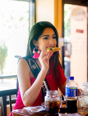 Wings & Burgers: Miss Honduras disfrutando de Wings and Burgers.