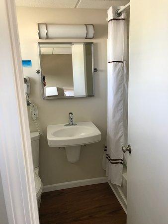 Footbridge Beach Motel: Nice sized bathroom