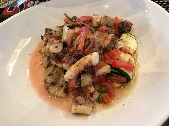 Acropolis Greek Taverna: The Octupus is amazing!