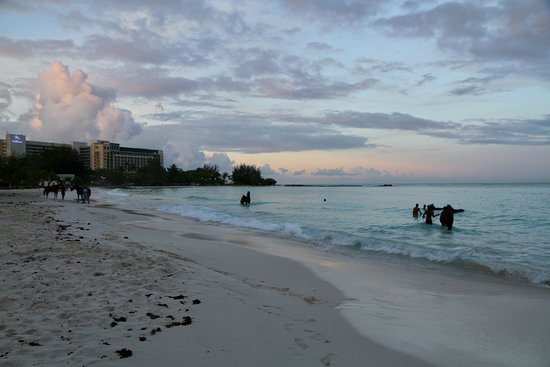 Island Inn Hotel: Pebbles beach at dawn