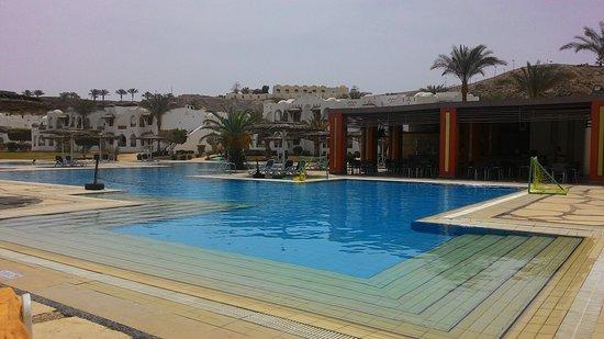 Royal Holiday Beach Resort & Casino: Бассейн у зоны развлечений