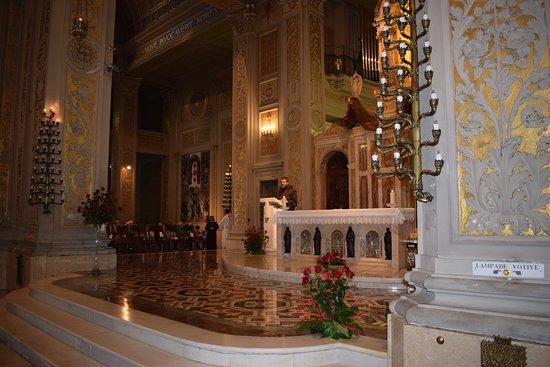 Basilica di Gesù Bambino: interno basilica