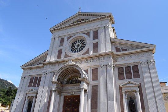Basilica di Gesù Bambino: la facciata