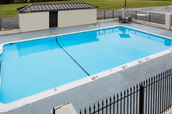 Days Inn by Wyndham Salisbury: Pool