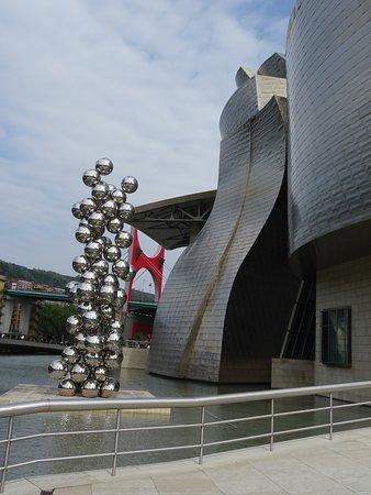 Μουσείο Guggenheim Μπιλμπάο: Sculpture of balls