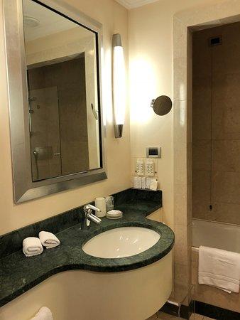 Capo D'Africa Hotel – Colosseo: Modern Bathroom