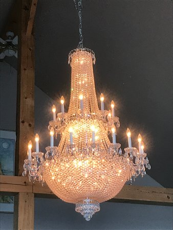 Anahim Lake, Canada: Beautiful chandelier at the Eagles Nest