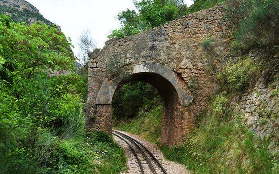 Φαράγγι του Βουραϊκού: Ενα απο τα πολλά πέτρινα μικρά τούνελ